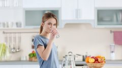 Is it harmful to drink too much water? What is water poisoning and what are its symptoms?