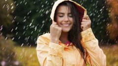 What are the benefits of rainwater to the skin and hair?