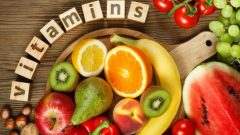 What are the symptoms of vitamin C deficiency? In what foods is vitamin C found?