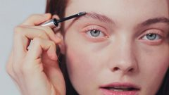 What to do to strengthen eyebrows and eyelashes Apply olive oil!